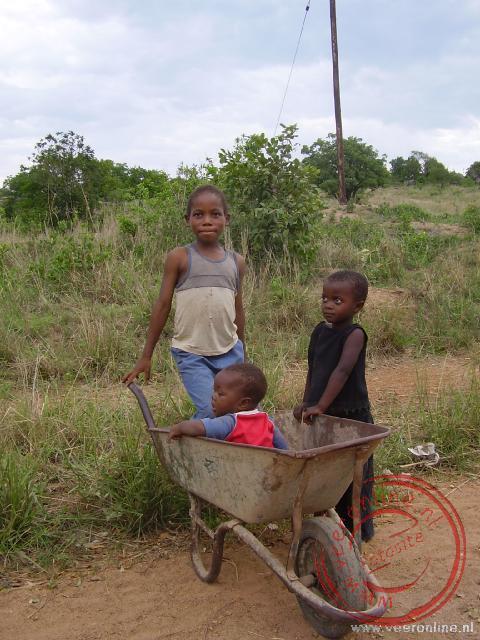 De kruiwagen doet dienst als kinderwagen