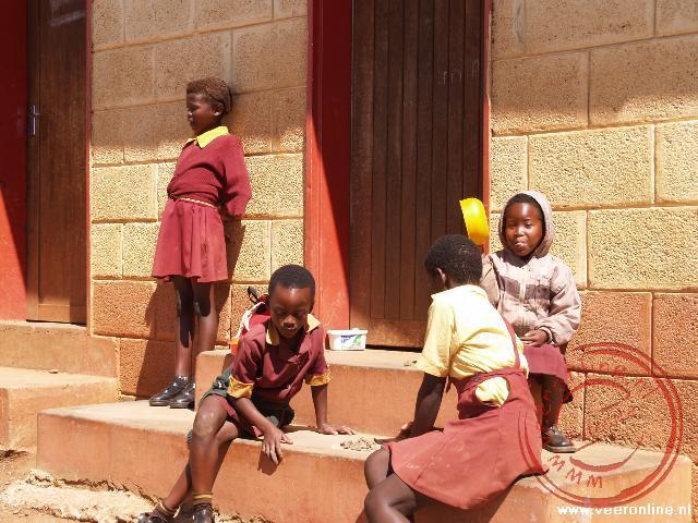 Kinderen zitten voor de klas in Malealea
