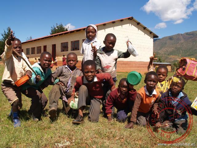 Iedereen wil wel op de foto's bij het schooltje bij Malealea