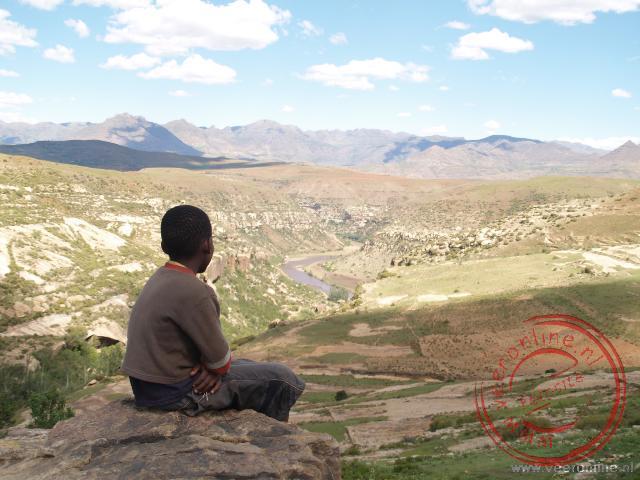 Een jongetje kijkt uit over de vallei