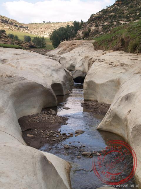 Door de kracht van het water slijt het gesteente