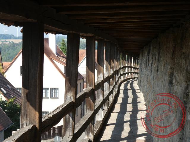 De houten omloop rond de stadsmuren