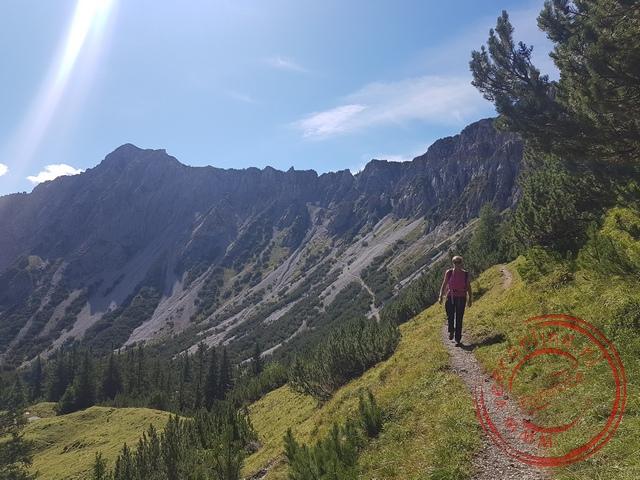 Het bergpad loopt afwisselend door Oostenrijk en Liechtenstein