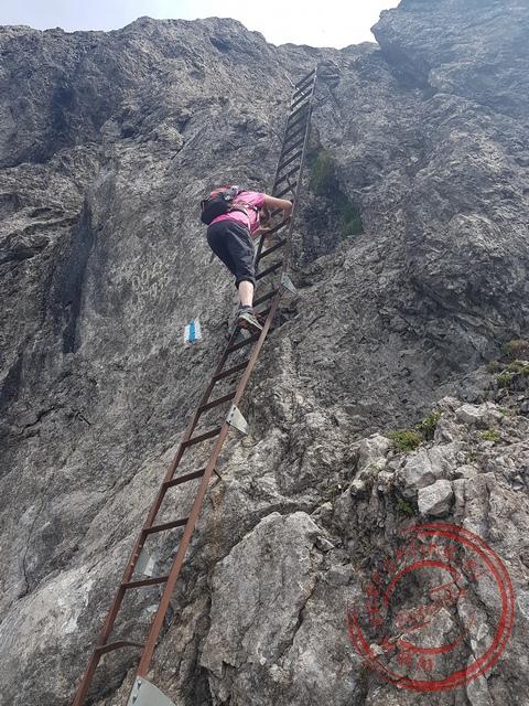 Op steile stukken zijn trappen aangebracht