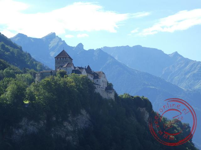 Het kasteel ligt boven de stad Vaduz op een rotspunt
