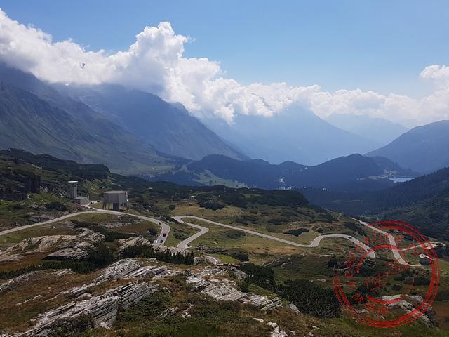 De bochten van de bergpas naar het Italiaanse gedeelte van Zwitserland