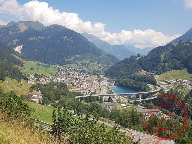 De bruggen en viaducten in het Zwitserse landschap