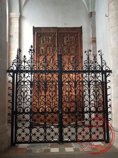 Een oude houten deur uit de 11de eeuw